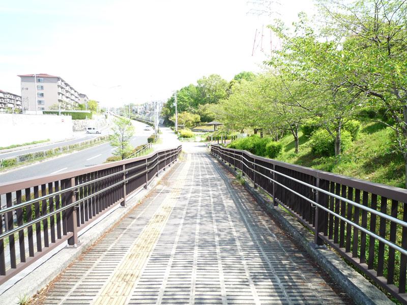 歩道橋を降りたところの画像